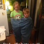 2 enfants dans un pantalon