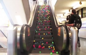 balle dans escalator