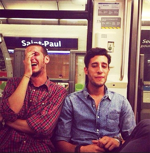 beau gosse dans le metro