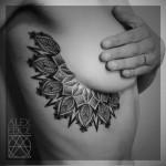 tatouage sous poitrine