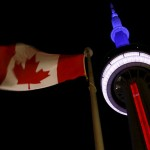 tour CN de Toronto bleu blanc rouge